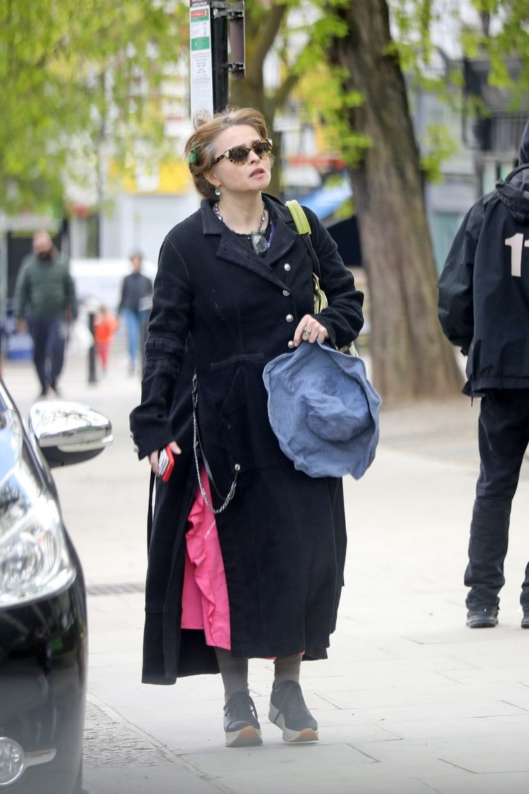 Helena Bonham Carter follows social distancing to get into Budgens supermarket in London 2020/04/08 3