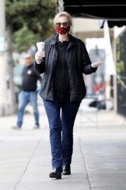 Jane Lynch at King's Road Cafe in Studio City 2020/04/04 3