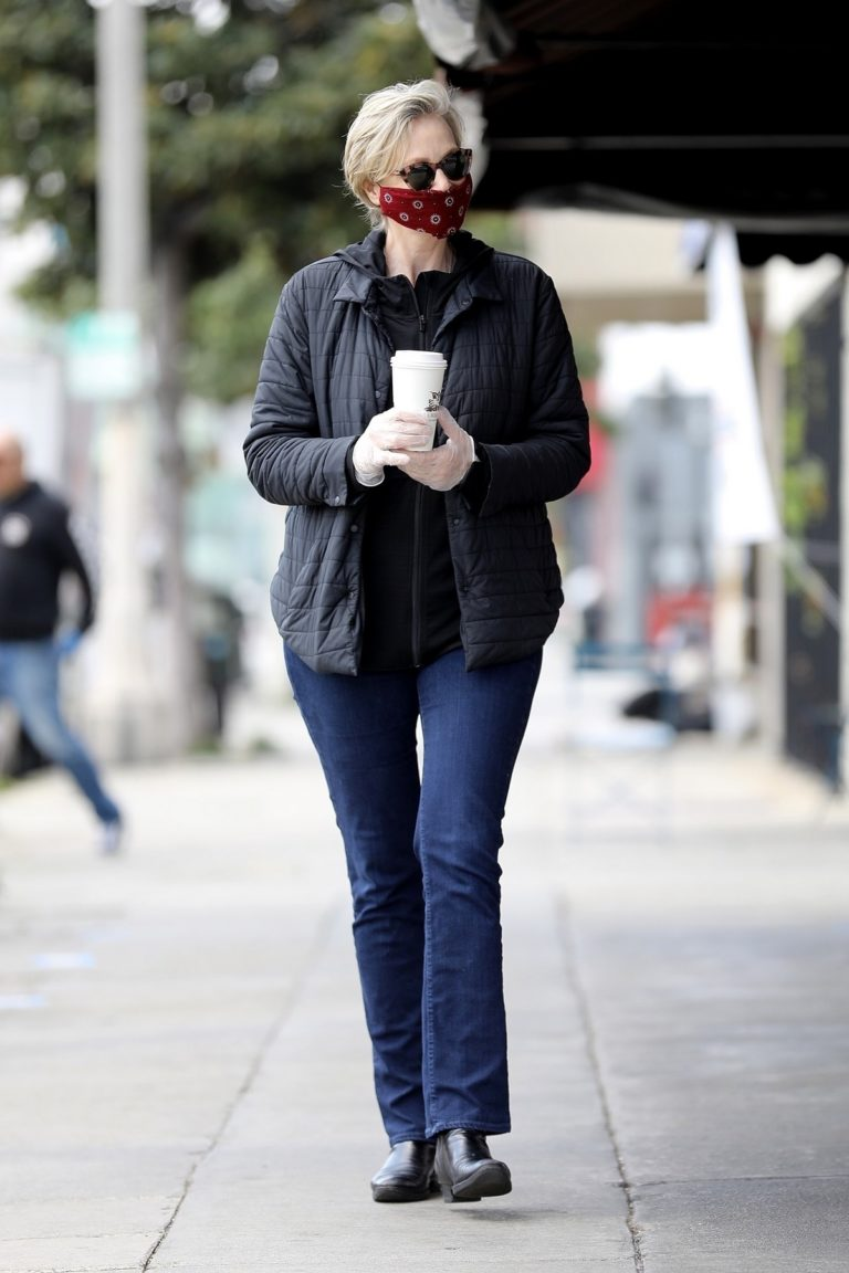 Jane Lynch at King's Road Cafe in Studio City 2020/04/04 15
