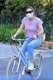 Jennifer Garner dons a face mask during Riding her bike in Santa Monica 2020/04/15 8