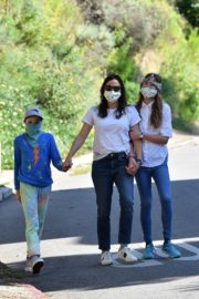 Jennifer Garner Out for walk with her kids in Brentwood 2020/04/11 1