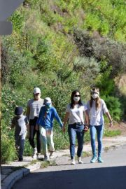 Jennifer Garner Out for walk with her kids in Brentwood 2020/04/11 3