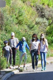 Jennifer Garner Out for walk with her kids in Brentwood 2020/04/11 4