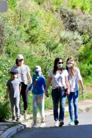 Jennifer Garner Out for walk with her kids in Brentwood 2020/04/11 5