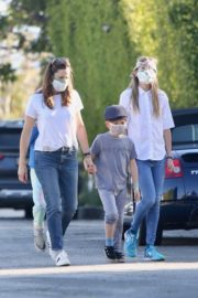 Jennifer Garner Out for walk with her kids in Brentwood 2020/04/11 9