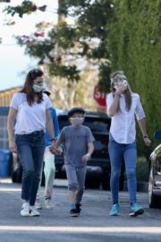 Jennifer Garner Out for walk with her kids in Brentwood 2020/04/11 10