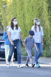 Jennifer Garner Out for walk with her kids in Brentwood 2020/04/11 13