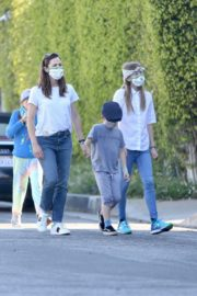 Jennifer Garner Out for walk with her kids in Brentwood 2020/04/11 14