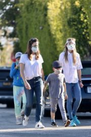 Jennifer Garner Out for walk with her kids in Brentwood 2020/04/11 15