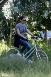 Jennifer Garner riding her bicycle in Pacific Palisades, California 2020/03/30 1