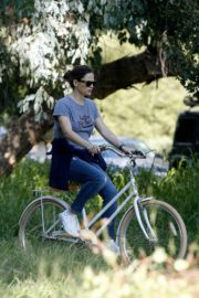 Jennifer Garner riding her bicycle in Pacific Palisades, California 2020/03/30 2