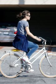Jennifer Garner riding her bicycle in Pacific Palisades, California 2020/03/30 3