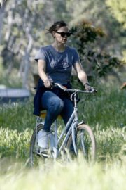 Jennifer Garner riding her bicycle in Pacific Palisades, California 2020/03/30 4