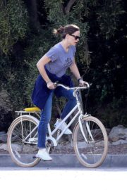 Jennifer Garner riding her bicycle in Pacific Palisades, California 2020/03/30 5
