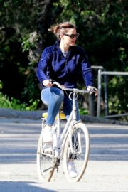 Jennifer Garner riding her bicycle in Pacific Palisades, California 2020/03/30 6