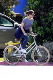 Jennifer Garner riding her bicycle in Pacific Palisades, California 2020/03/30 7