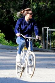 Jennifer Garner riding her bicycle in Pacific Palisades, California 2020/03/30 8