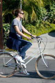 Jennifer Garner riding her bicycle in Pacific Palisades, California 2020/03/30 9