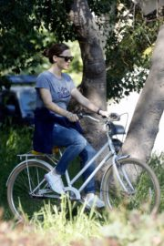 Jennifer Garner riding her bicycle in Pacific Palisades, California 2020/03/30 10