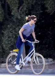 Jennifer Garner riding her bicycle in Pacific Palisades, California 2020/03/30 11