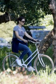 Jennifer Garner riding her bicycle in Pacific Palisades, California 2020/03/30 12