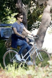 Jennifer Garner riding her bicycle in Pacific Palisades, California 2020/03/30 13