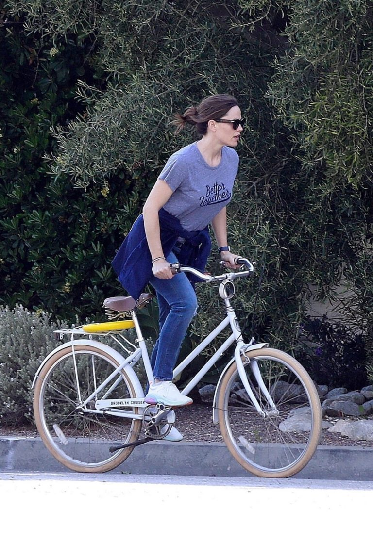 Jennifer Garner riding her bicycle in Pacific Palisades, California 2020/03/30 14
