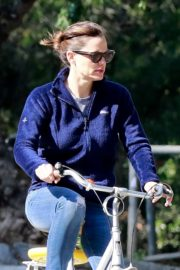 Jennifer Garner riding her bicycle in Pacific Palisades, California 2020/03/30 15