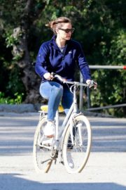 Jennifer Garner riding her bicycle in Pacific Palisades, California 2020/03/30 16