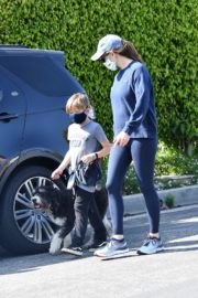 Jennifer Garner takes the dog for a walk with Samuel in Brentwood 2020/04/04 1