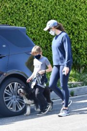 Jennifer Garner takes the dog for a walk with Samuel in Brentwood 2020/04/04 2
