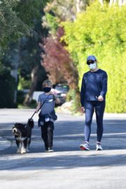 Jennifer Garner takes the dog for a walk with Samuel in Brentwood 2020/04/04 3