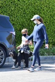 Jennifer Garner takes the dog for a walk with Samuel in Brentwood 2020/04/04 4