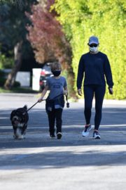 Jennifer Garner takes the dog for a walk with Samuel in Brentwood 2020/04/04 5