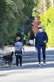 Jennifer Garner takes the dog for a walk with Samuel in Brentwood 2020/04/04 6