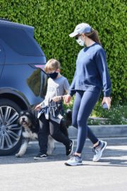 Jennifer Garner takes the dog for a walk with Samuel in Brentwood 2020/04/04 7