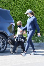 Jennifer Garner takes the dog for a walk with Samuel in Brentwood 2020/04/04 8