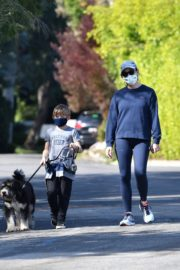 Jennifer Garner takes the dog for a walk with Samuel in Brentwood 2020/04/04 9