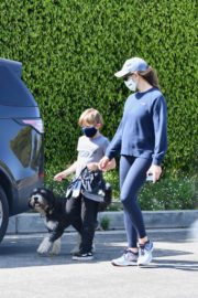 Jennifer Garner takes the dog for a walk with Samuel in Brentwood 2020/04/04 10