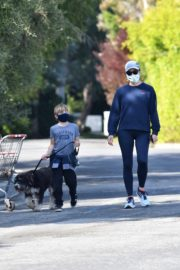 Jennifer Garner takes the dog for a walk with Samuel in Brentwood 2020/04/04 11