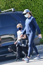 Jennifer Garner takes the dog for a walk with Samuel in Brentwood 2020/04/04 12