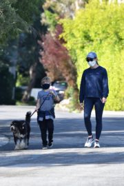 Jennifer Garner takes the dog for a walk with Samuel in Brentwood 2020/04/04 13
