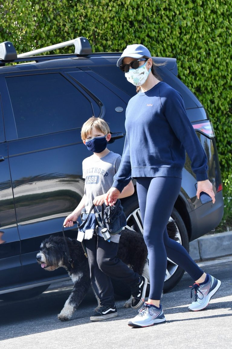 Jennifer Garner takes the dog for a walk with Samuel in Brentwood 2020/04/04 14