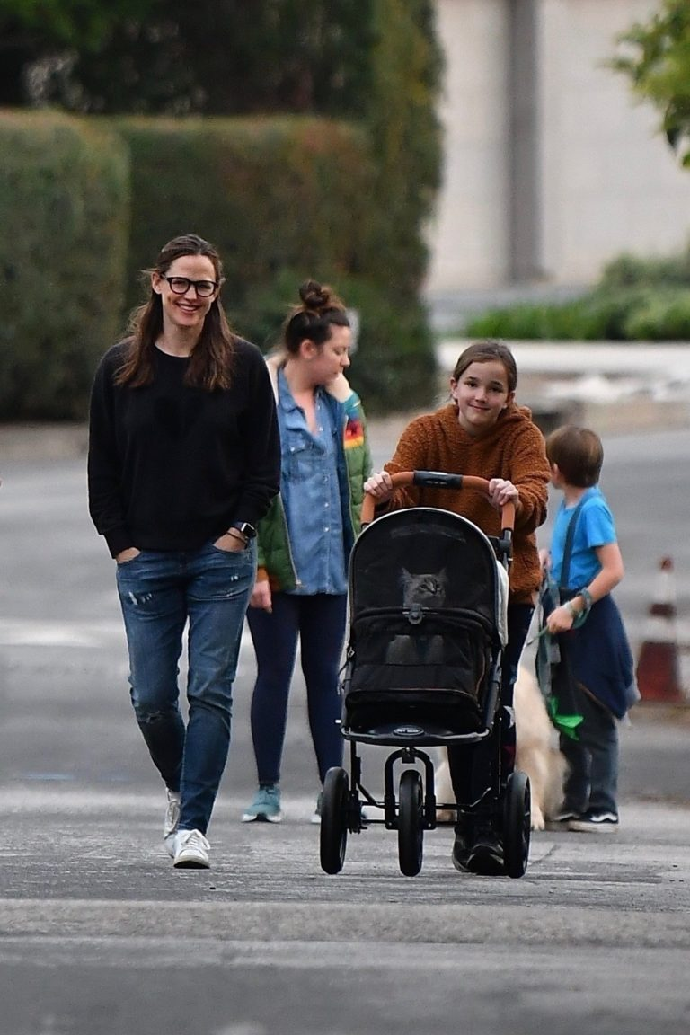 Jennifer Garner with her dog and friends for evening walk in Brentwood 2020/03/31 1