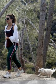 Kate Beckinsale walks with her dog in Los Angeles 2020/04/06 6