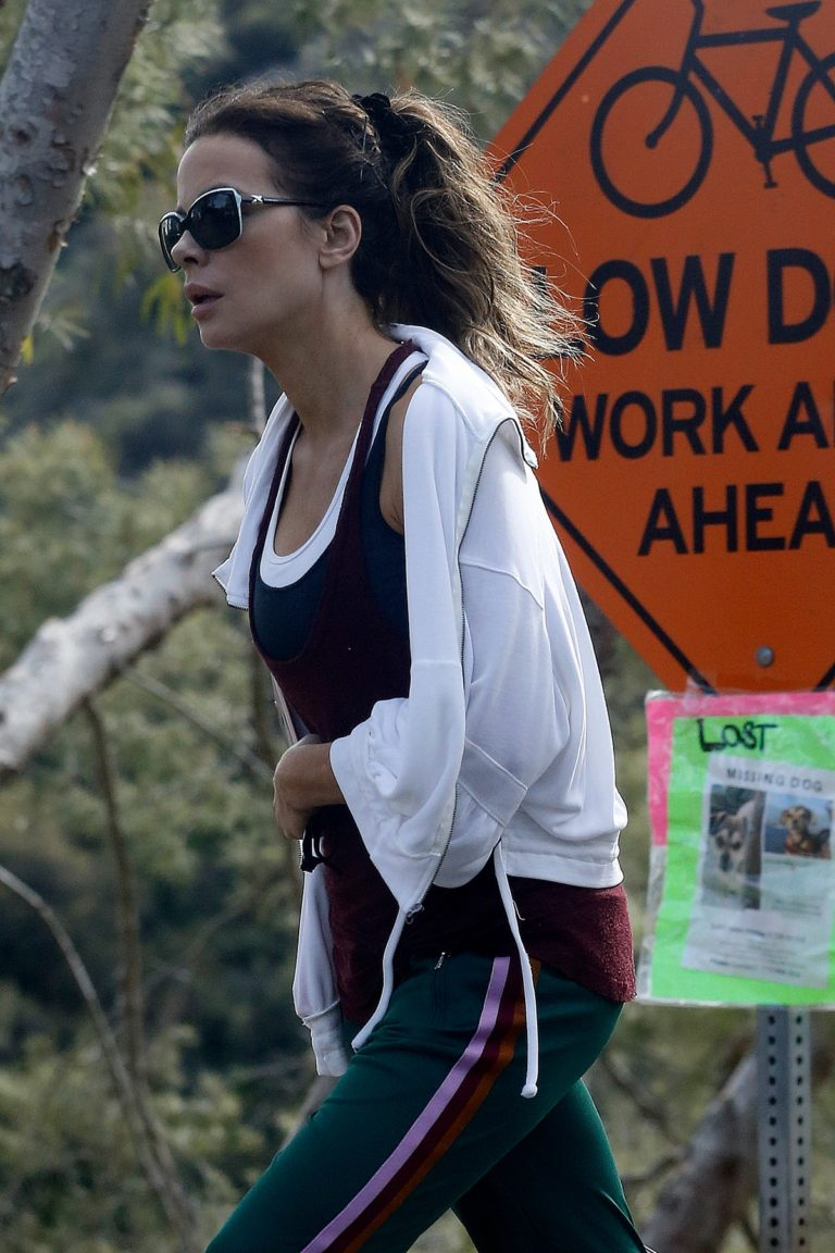 Kate Beckinsale walks with her dog in Los Angeles 2020/04/06 7
