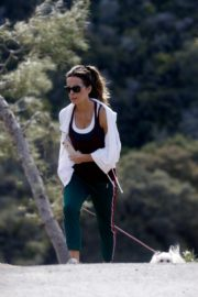 Kate Beckinsale walks with her dog in Los Angeles 2020/04/06 10