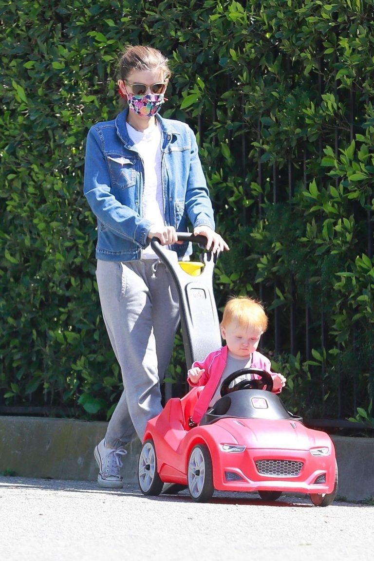 Kate Mara with her daughter for a ride during the Quarantine in Los Angeles 2020/04/14 9