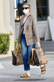 Kelly Rutherford Picking up groceries at Erewhon Market in Los Angeles 2020/04/13 1