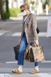 Kelly Rutherford Picking up groceries at Erewhon Market in Los Angeles 2020/04/13 2